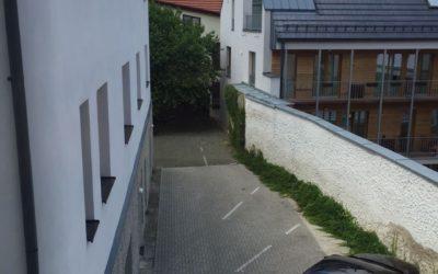 výhled z bytu, parkování