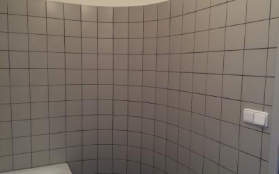 koupelna s vanou a obloukovou stěnou